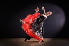 Dansers in balzaal op zwarte achtergrond Stock Afbeeldingen