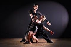 Dansers in balzaal op zwarte achtergrond Royalty-vrije Stock Foto