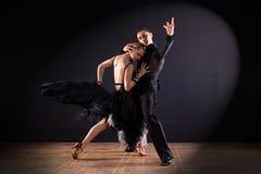 Dansers in balzaal op zwarte achtergrond worden geïsoleerd die Royalty-vrije Stock Afbeelding