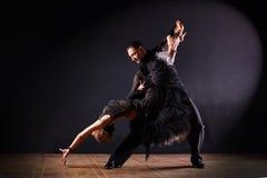 Dansers in balzaal op zwarte achtergrond worden geïsoleerd die Stock Afbeelding