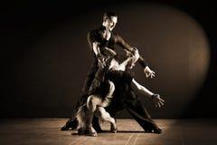 Dansers in balzaal op zwarte achtergrond worden geïsoleerd die Stock Afbeeldingen