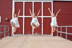 Dansers buiten rode schuur Royalty-vrije Stock Foto's