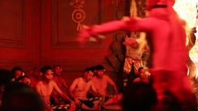 Dansers die de traditionele Balinese Kecak-Dans van de Trancebrand uitvoeren stock footage