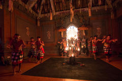 Dansers die de traditionele Balinese Kecak-Dans van de Trancebrand uitvoeren Royalty-vrije Stock Foto's