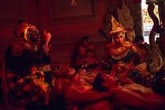 Dansers die de traditionele Balinese Kecak-Dans van de Trancebrand uitvoeren Stock Afbeeldingen