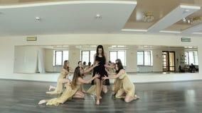 Dansers die en een eigentijdse, moderne vorm van dans uitvoeren uitoefenen stock footage