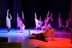 Dansers die handen op het stadium in rood licht opheffen royalty-vrije stock foto