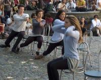 Dansers die zich op stoelen bewegen Royalty-vrije Stock Foto's