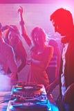 Dansers door de draaischijven van DJ Stock Fotografie