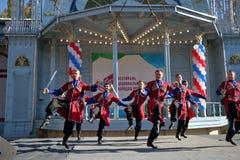 Dansers met sabels in traditionele Kozakkleren Royalty-vrije Stock Fotografie