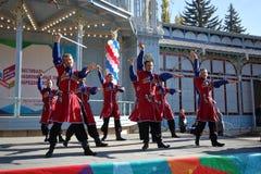 Dansers met sabels in traditionele Kozakkleren De Kozakdans Royalty-vrije Stock Fotografie