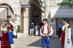 Dansers in nationale kostuums in de oude stad, redactie stock afbeeldingen