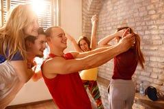 Dansers op pauze die selfie samen maken stock foto's