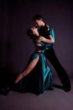 Dansers tegen zwarte achtergrond Stock Afbeeldingen