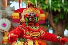 Dansersmens in traditioneel Balinees kostuum en aapmasker royalty-vrije stock afbeeldingen