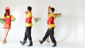 Dansersteam dragen volksdiekostuums op wit worden geïsoleerd stock videobeelden