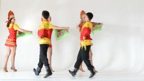 Dansersteam dragen volksdiekostuums op wit worden geïsoleerd stock video