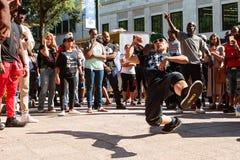 Danses de coupure d'homme dans la bataille garçon de b au festival de Hip Hop images libres de droits
