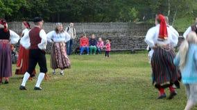 Danses folkloriques estoniennes Célébration de jour de milieu de l'été banque de vidéos