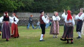 Danses folkloriques estoniennes de jour de milieu de l'été banque de vidéos