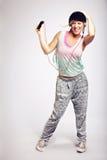 Danseur énergique dans le studio écoutant le MP3 photos libres de droits