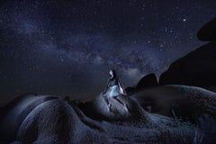 Danseur Alone Under la manière laiteuse en Joshua Tree National Park U photos stock
