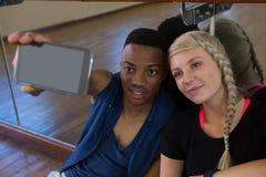 Danseur avec l'ami féminin prenant le selfie dans le studio Photographie stock libre de droits