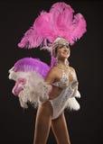 Danseur burlesque dans la robe blanche avec le plumage rose photographie stock libre de droits