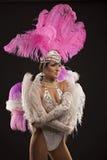 Danseur burlesque dans la robe blanche avec le plumage rose image libre de droits