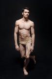 Danseur charismatique exécutant dans la salle noire Photographie stock