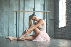 Danseur classique attirant s'asseyant sur le plancher Images stock