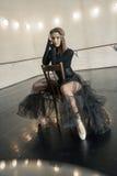 Danseur classique contemporain sur une chaise en bois sur une répétition photographie stock libre de droits