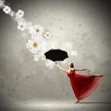 Danseur classique dans la robe de satin de vol avec le parapluie photos stock
