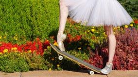 Danseur classique de jambes sur une planche à roulettes Images libres de droits