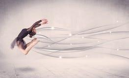 Danseur classique exécutant la danse moderne avec les lignes abstraites photographie stock