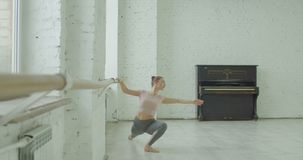 Danseur classique exerçant port de bras au barre clips vidéos