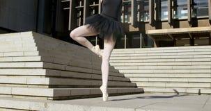 Danseur classique féminin exécutant sur l'escalier 4k banque de vidéos