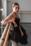 Danseur classique féminin se reposant après répétition Photo stock