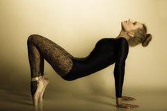 Danseur classique gracieux de femme intégral Photos stock