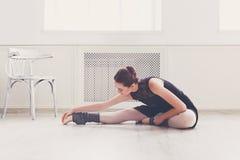 Danseur classique classique s'étirant dans le cours de formation blanc photo stock