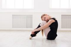 Danseur classique classique s'asseyant dans le cours de formation blanc Images libres de droits