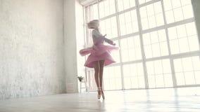 Danseur classique tournant dynamiquement dans la perspective d'une grande fenêtre lumineuse ballerine dans un tutu classique et clips vidéos