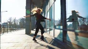Danseur contemporain de femme blonde exécutant sa danse dans la rue ensoleillée de ville banque de vidéos