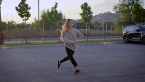 Danseur contemporain exécutant dans la ville le soir banque de vidéos