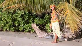 Danseur d'Hawaï se tenant derrière des palmettes banque de vidéos