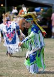 Danseur d'herbe de Powwow de jeunes Photos stock