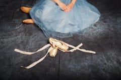 Danseur dans les costumes de jupe de tutu et les pointes bleus de liens Photographie stock