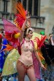 Danseur de bikini avec des plumes au carnaval de Bath images stock