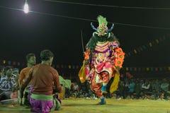 Danseur de Chhou exécutant la nuit, Purulia Photos stock