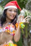 Danseur de danse polynésienne d'Hawaï avec le chapeau de Santa Claus Photo libre de droits